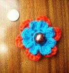 Pregadeira com pétalas em crochet amovíveis - aqui com 2 camadas que podem ser usadas juntas ou separadas; na prática oferece 3 looks diferentes